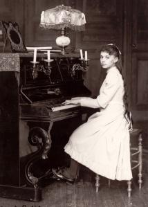 elisabeth_de_la_trinite_jouant_du_piano